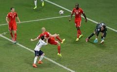 """20. Juni 2014, Salvador. WM-Gruppenspiel gegen Frankreich (2:5). """"Ich könnte jetzt sagen: Meine dritte WM, das erlebt nicht jeder Fussballer - alles wunderbar. Aber das wäre nicht ehrlich. Ich war schlicht nicht bereit für diese WM. Es war ja auch lange nicht klar, ob ich überhaupt ein Aufgebot erhalte. Und dann, als ich in der 9. Minute gegen Frankreich eingewechselt wurde, wurden meine Defizite schonungslos aufgedeckt. Ich war richtig schlecht – sorry."""" (Bild: Keystone)"""