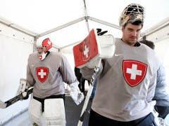 Die beiden Schweizer Nationalgoalies Reto Berra (rechts/Fribourg-Gottéron) und Leonardo Genoni (EV Zug) besitzen bei ihren Klubs noch bis zum Ende der Saison 2023/24 laufende Verträge (Bild: KEYSTONE/SALVATORE DI NOLFI)