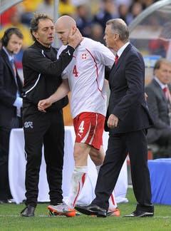 """16. Juni 2010, Durban. WM-Auftaktspiel gegen Spanien (1:0). """"Oh, wie habe ich mich gefreut, gegen das Land meines Vaters zu spielen. Und wie habe ich mich auf meine zweite WM gefreut. Aber leider war ich nicht ganz fit, obwohl ich alles versucht habe. Doch Trainer Ottmar Hitzfeld und die Mitspieler sprachen mir Mut zu, was mich vielleicht dazu verleitete, die negativen Signale, die mein Körper aussendet, zu ignorieren. Ich dachte, ich kann helfen, auch wenn ich nicht 100 Prozent fit sind. Aber man kann den Körper nicht austricksen. Schon in der 1. Halbzeit musste ich verletzt raus."""" (Bild: Keystone)"""