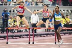 Léa Sprunger (links) springt über eine Hürde, Dalilah Muhammad (rechts) ist unterwegs zu einem neuen Weltrekord. (Bild: Keystone)
