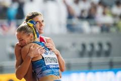 Auch eine WM-Vierte soll geherzt sein: Hanna Ryschykowa (UKR) umarmt Léa Sprunger. (Bild: Keystone)