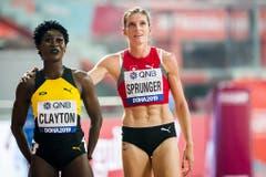 Sportlich fair gratuliert sie der Jamaikanerin Rushell Clayton zu deren Bronzemedaille. (Bild: Keystone)