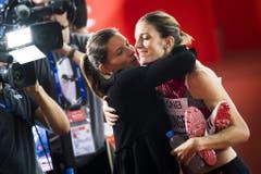 Dort wird Léa Sprunger schon von ihrer Schwester Ellen erwartet, die für das Schweizer Fernsehen als Expertin in Doha ist. (Bild: Keystone)