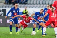 Stefan Knezevic und Francesco Margiotta (Luzern) gegen Kenan Fatkic (Thun). (Bild: Martin Meienberger/freshfocus)