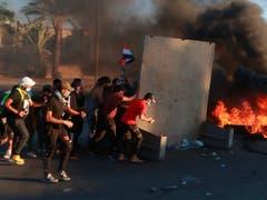 Demonstranten hatten am Freitag in Bagdad Reifen in Brand gesetzt. Sicherheitskräfte schossen in die Menge. (Bild vom 4. Oktober) (Bild: KEYSTONE/AP/KHALID MOHAMMED)