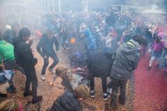 Viele Määs-Besucher suchen nach Chips, nachdem die Konfettibombe gezündet wurde.(Bild: Eveline Beerkircher, Luzern, 5. Oktober 2019)