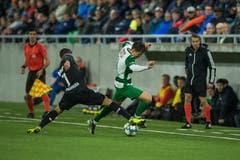 Kevin Spadanuda und der Krienser Omer Dzonlagic kämpfen um den Ball. (Bild: Dominik Wunderli, Kriens, 5. Oktober 2019)