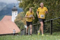 Ueli Spöring aus Eigenthal vor einem weiteren Läufer. (Bild: Pius Amrein, 6. Oktober 2019)