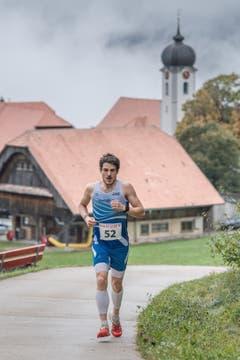 Philipp Arnold aus Cham gewinnt den Berglauf in Hasle. (Bild: Pius Amrein, 6. Oktober 2019)
