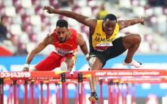 Dramatik pur im Finale über 110 Meter Hürden: der Jamaikaner McLeod stürzt auf Medaillenkurs liegend. (Bild: Keystone)