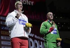 Kuriose Szene: Im Hammerwurf der Männer wurden zwei Bronzemedaillen vergeben. (Bild: Keystone)