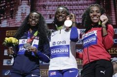 Strahlen um die Wette: Mujinga Kambundji und ihre Bronzemedaille. (Bild: Keystone)
