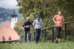 Ursula P. Marti (Stettlen) vor Hans Aschwanden (Seelisberg) und einem weiteren Läufer. (Bild: Pius Amrein, 6. Oktober 2019)
