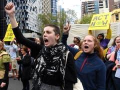 Die Aktivisten wollen - wie hier in Melbourne - die Regierungen zwingen, mehr für den Klimaschutz zu tun. (Bild: KEYSTONE/EPA AAP/JAMES ROSS)