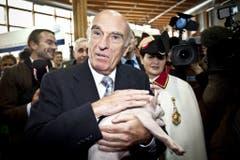 67. Olma: Bundespräsident Hans-Rudolf Merz posiert mit Säuli. (Bild: Keystone/Ennio Leanza, 8. Oktober 2009)