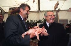 58. Olma: Bundesrat Arnold Koller (rechts) lächelt mit Säuli in die Kameras. (Bild: Keystone/Arno Balzarini, 8. Oktober 1998)