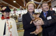 70. Olma: Bundespräsidentin Eveline Widmer Schlumpf posiert mit kreischendem Säuli. (Bild: Keystone/Walter Bieri, 11. Oktober 2012)