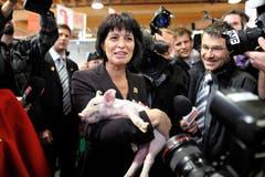 68. Olma: Bundespräsidentin Doris Leuthard posiert mit Säuli. (Bild: Coralie Wenger, 7. Oktober 2010)