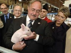64. Olma: Bundesrat Samuel Schmid posiert mit dem Säuli. (Bild: Keystone/Regina Kühne, 12 Oktober 2006)