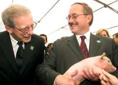 59. Olma: Bundesrat Samuel Schmid mit Säuli. (Bild: Keystone/Michele Limina, 11. Oktober 2001)