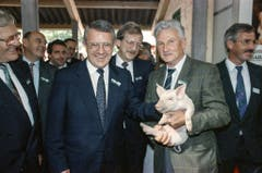 49. Olma: Bundesrat Arnold Koller (Mitte) streichelt das Säuli. (Bild: Keystone, 10. Oktober 1991)