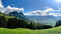 Blick Richtung Mythen, Fronalpstock und Urneralpen. (Bild: Peter Bumbacher, Blüemlisberg ob Schwyz, 7. Oktober 2019)