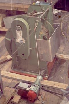 Auf der ersten Expedition wurde die Sonde am Messkabel mittels einer Bohrmaschine betrieben. (Bild: Archiv Tony Stocklin)