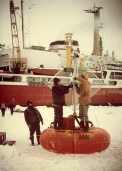 Auf den Eisschollen wurden Bojen befestigt, um zu messen, wohin sie sich bewegen. (Bild: Archiv Tony Stocklin)