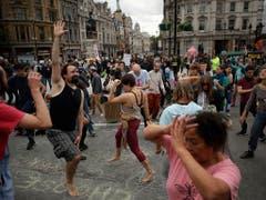 In London tanzten Aktivisten am Dienstag auf der Strasse beim Trafalgar Square, die sie gleichzeitig blockierten. (Bild: KEYSTONE/AP/MATT DUNHAM)