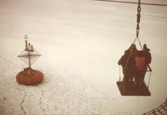 Die Männer wurden nach getaner Arbeit wieder auf das Schiff gehievt. (Bild: Archiv Tony Stocklin)