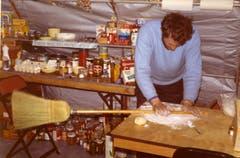 Improvisation: Stocklin wallt einen Teig mithilfe eines Besenstiels. (Bild: Archiv Tony Stocklin)