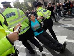Die Polizei nahm in London innert zwei Tagen mehr als 470 Demonstranten der Bewegung Extinction Rebellion fest. (Bild: KEYSTONE/AP/KIRSTY WIGGLESWORTH)
