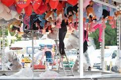 Bis zur Eröffnung morgen Donnerstag laufen die Aufbauarbeiten für den Herbstjahrmarkt auf dem Spelteriniplatz auf Hochtouren. (Bild: Hanspeter Spiess)