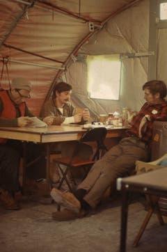 Die reichliche Freizeit verbrachten die Männer unter anderem beim Kartenspiel. (Bild: Archiv Tony Stocklin)