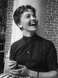 1958 - Liselotte Pulver posiert in Hollywood vor einer Mauer. (Bild: Keystone / Str)