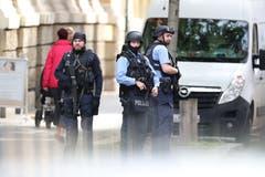 Polizisten sichern die Umgebung. (KEYSTONE/DPA/Jan Woitas)
