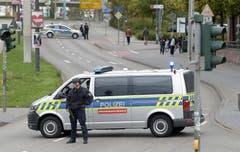 Strassen in Halle wurden von der Polizei blockiert. (AP Photo Jens Meyer)
