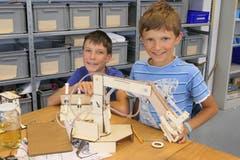 Die beiden Brüder Kacper und Igor Wojewnik aus Giswil mit ihrem selbst entworfenen hydraulischen Greifarm. (Bild: David von Moos, Alpnach Dorf, 9. Oktober 2019)