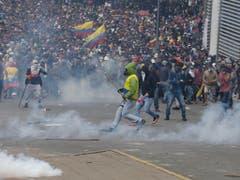 Bei Demonstrationen in Ecuador ist es am Dienstag erneut zu Ausschreitungen gekommen. (Bild: KEYSTONE/AP/FERNANDO VERGARA)