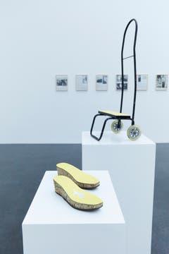 """Giulia Piscitelli: """"Scarpe"""", 2015, Korken, Papier, Schuh. """"Carrello"""", 2015, Eisen, Plastik, Papier."""