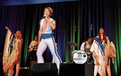 Die ABBA-Tribut-Band entzückt das Uzwiler Publikum. Bilder: Kathrin Meier-Gross