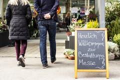 Besucher sind auf dem Weg an die erste Bestattungsmesse der Schweiz. (Bild: KEYSTONE/Alexandra Wey, Luzern, 10. November 2019)