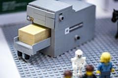 Ein Krematorium aus Spielzeugbausteinen. (Bild: KEYSTONE/Alexandra Wey, Luzern, 10. November 2019)