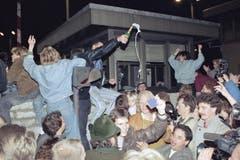 Der Fall der Mauer wird gefeiert. (Bild: Jockel Finck / Keystone, 9. November 1989)
