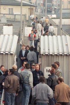 Berliner überschreiten einen Grenzposten. (Bild: Udo Weitz / Keystone, 9. November 1989)
