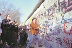 12. November 1989: Mit Hämmern gegen die Mauer. (Bild: Keystone / Str)
