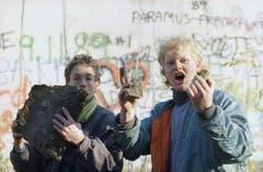 Sie retten ein Stück Berliner Mauer. (Bild: Udo Weitz / Keystone, 9. November 1989)