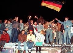 Der Fall der Mauer wird gefeiert. (Bild: Keystone / Str, 9. November 1989)