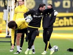 Gut aufgelegt: Roman Bürki und Paco Alcacer (rechts) könnten nach Verletzungen für Dortmund in der Champions League wieder zum Einsatz kommen (Bild: KEYSTONE/EPA/FRIEDEMANN VOGEL)