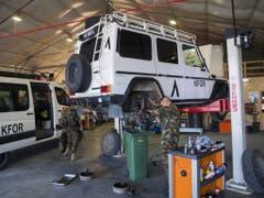 Das Infrastruktur-Camp der Schweizer in Novo Selo ist auch mit einer modernen Autowerkstatt ausgerüstet, in der sogar Motorfahrzeugkontrollen durchgeführt werden können. (Bild: Keystone/JEAN-CHRISTOPHE BOTT)